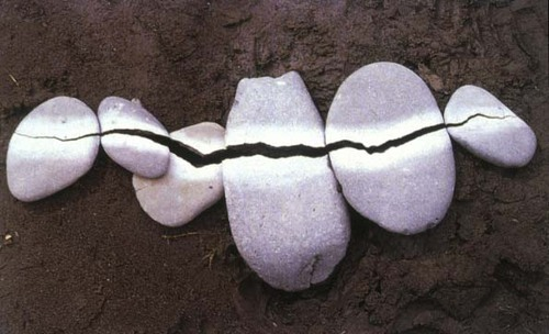 Andy Goldsworthy. Broken Pebbles